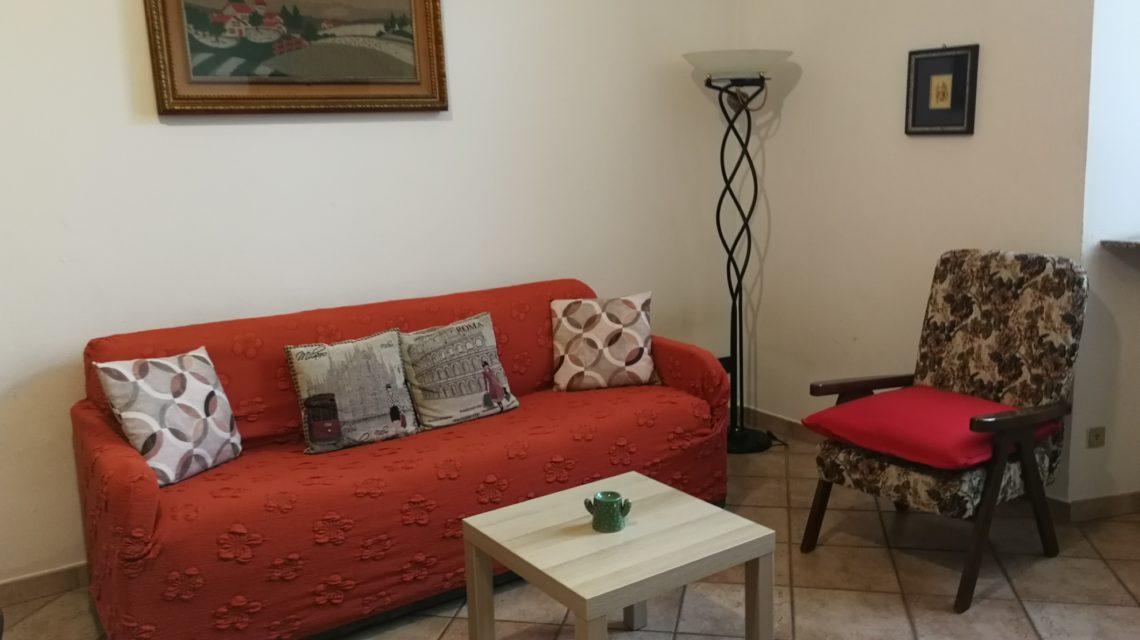 Il salotto con divano letto della casa del lago